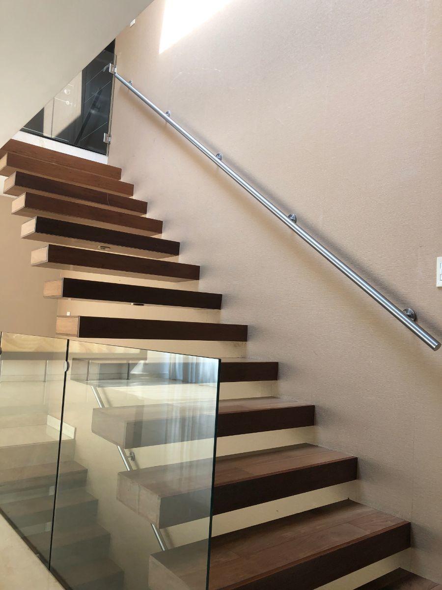 15 de 35: Escaleras a segundo piso