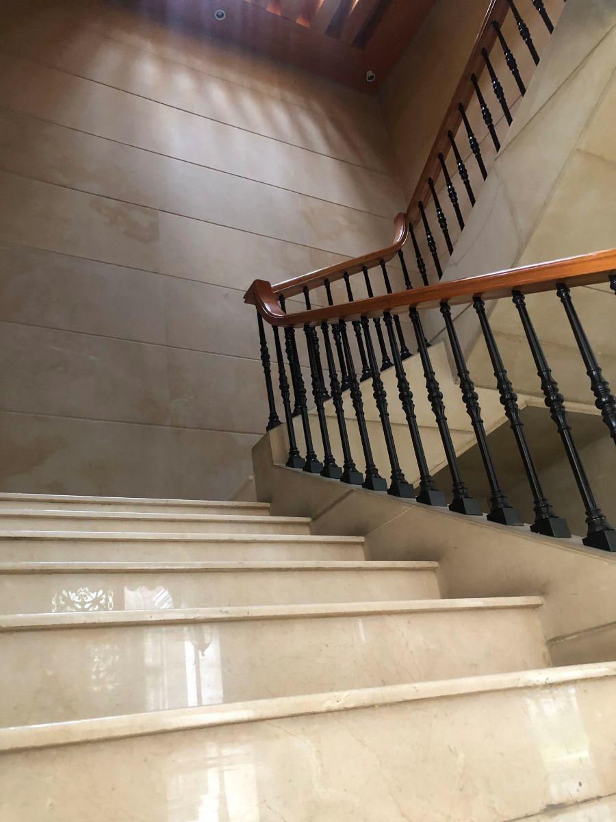 13 de 35: Escaleras a segundo nivel