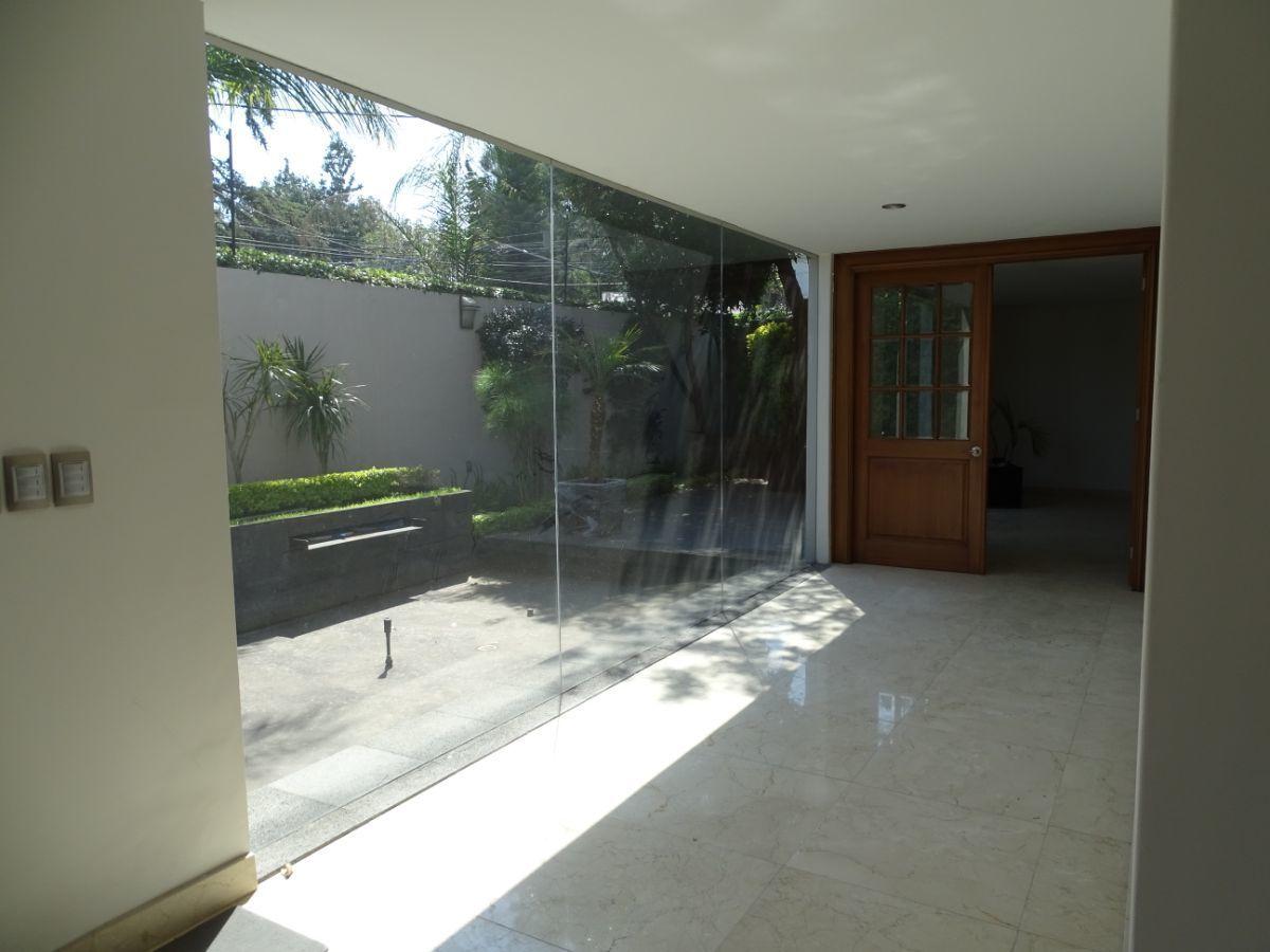 14 de 17: Vestíbulo con vista al espejo de agua