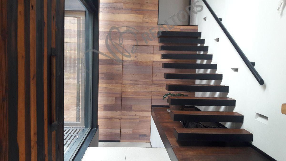 28 de 42: Entrada Principal. escalera de acceso a recámaras
