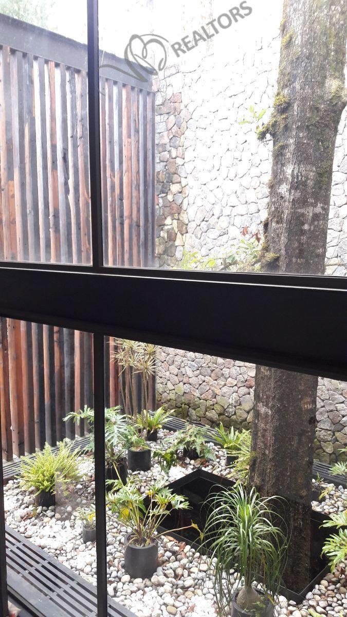 27 de 42: Jardín interior en la entrada principal