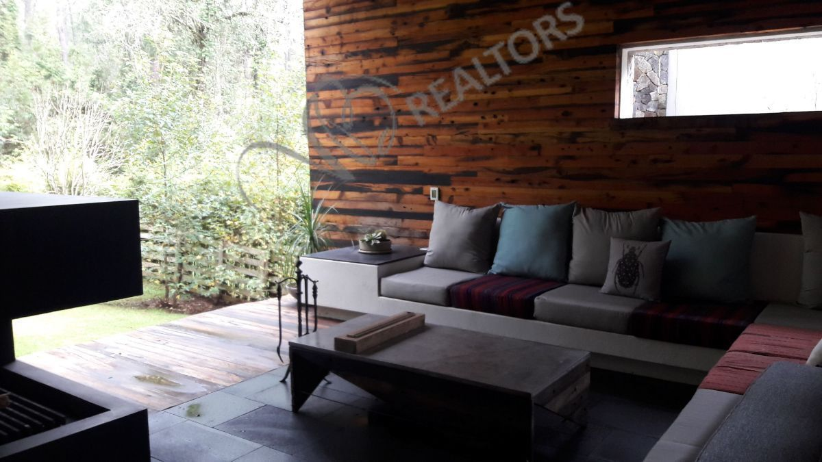 8 de 42: Terraza, con muros recubiertos con madera de