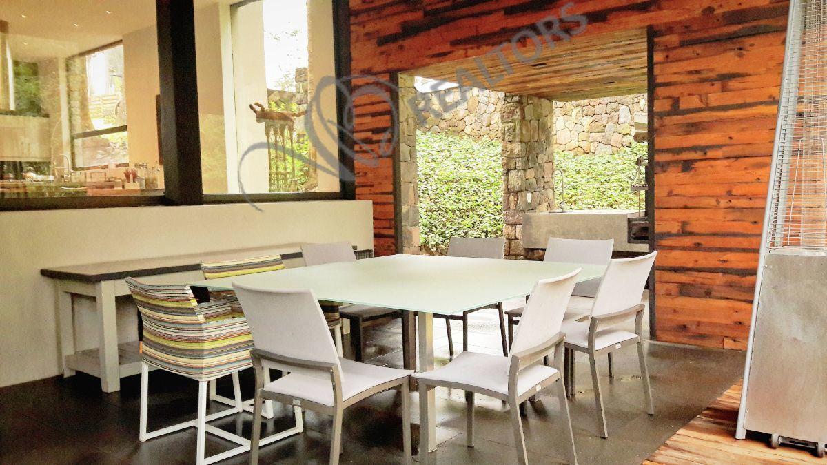 11 de 42: Comedor exterior y área para asados