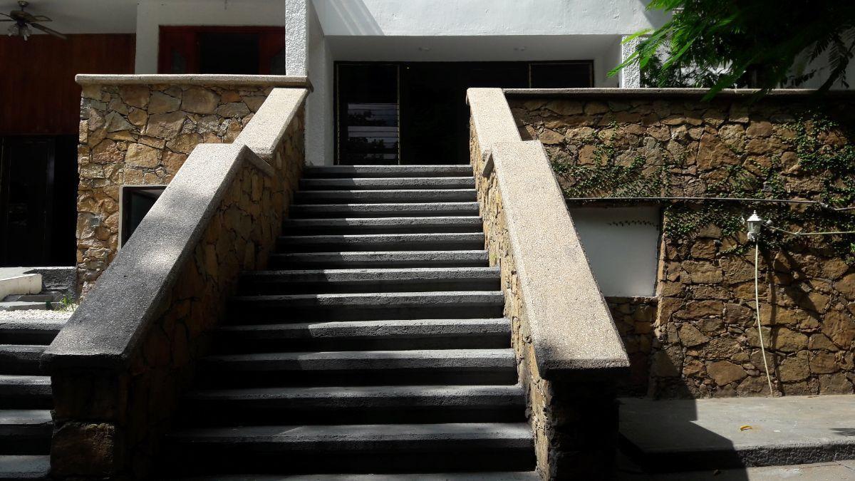 4 de 26: Escalera a entrada principal.