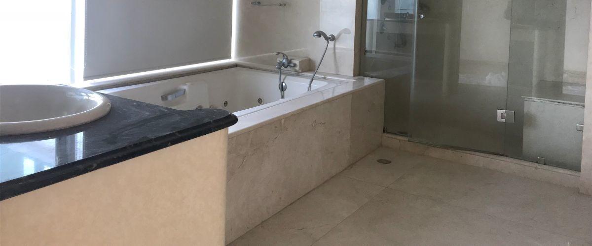 17 de 36: baño principal con tine de hidromasaje