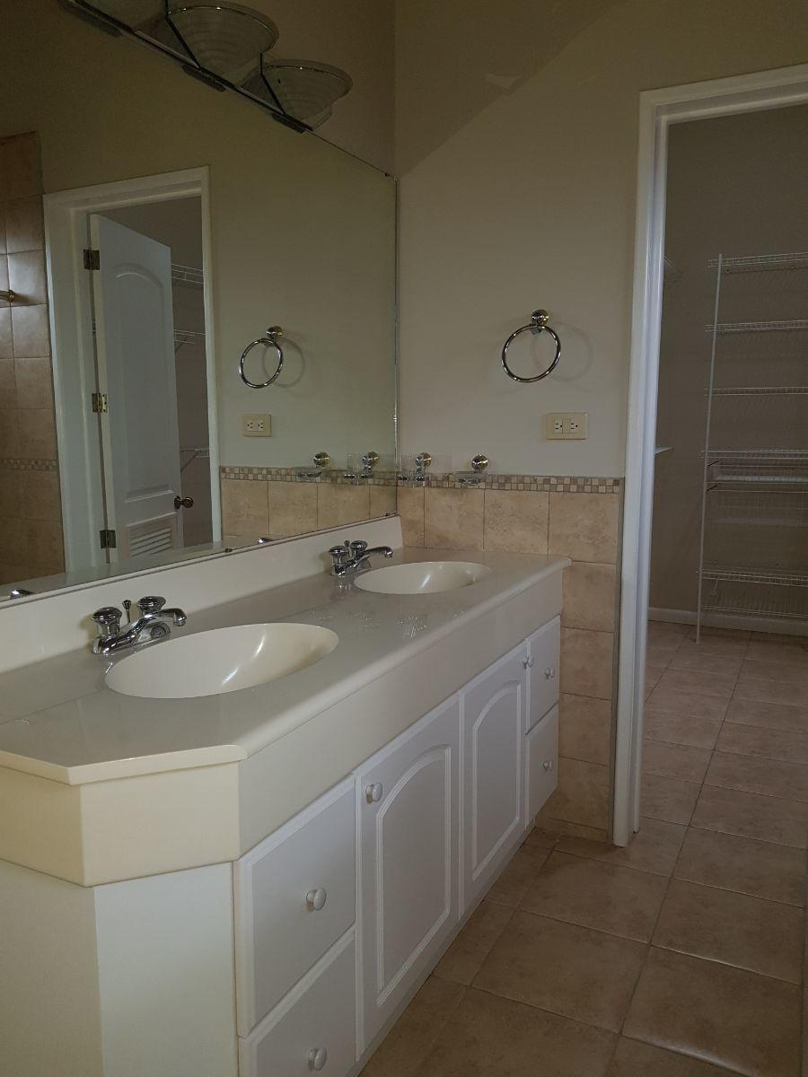 6 de 14: Baño y walking closet de cuarto principal