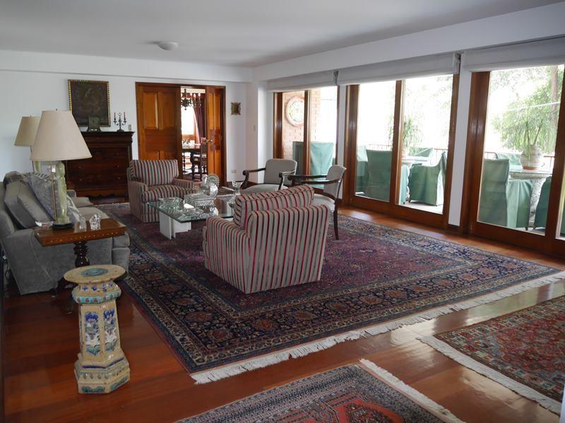 2 de 26: Gran sala con pisos en madera Caoba