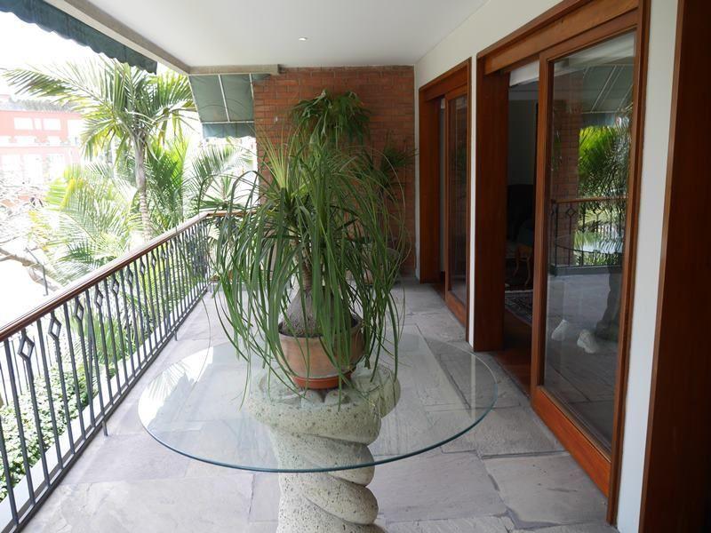 14 de 26: Linda Terraza de buen tamaño con vista a Huaca y árboles