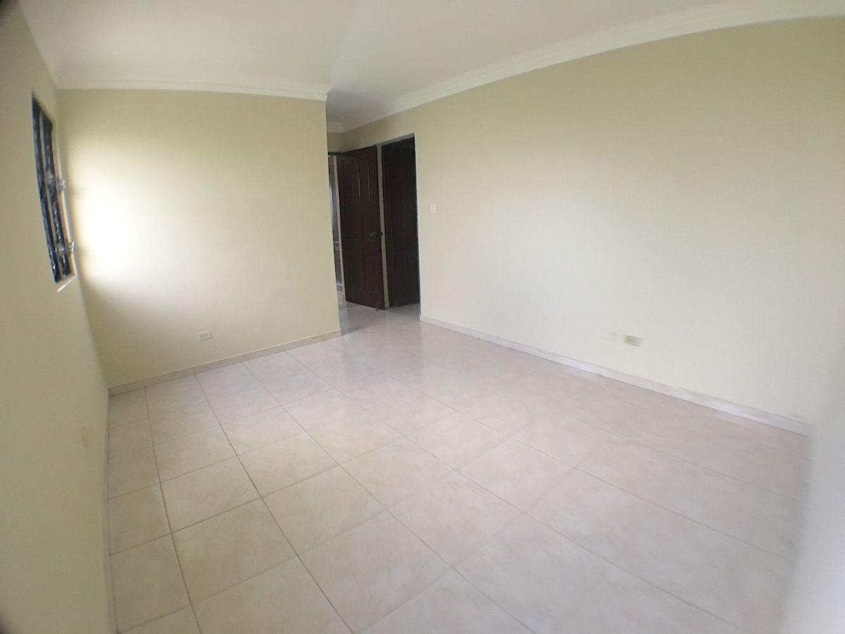 5 de 15: Habitación principal con baño y walk-in closet