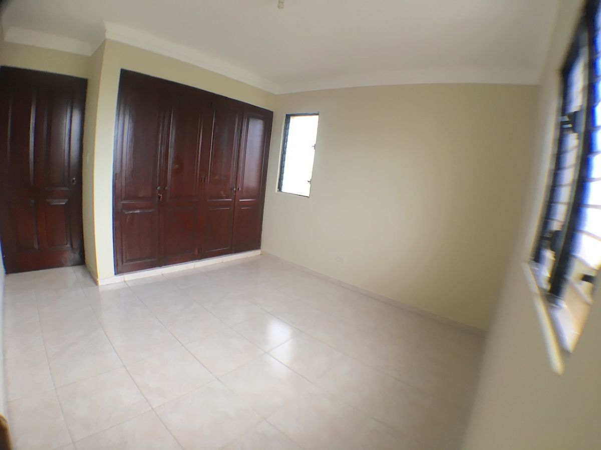 12 de 15: Habitación secundaria con closet y madera en buen estado