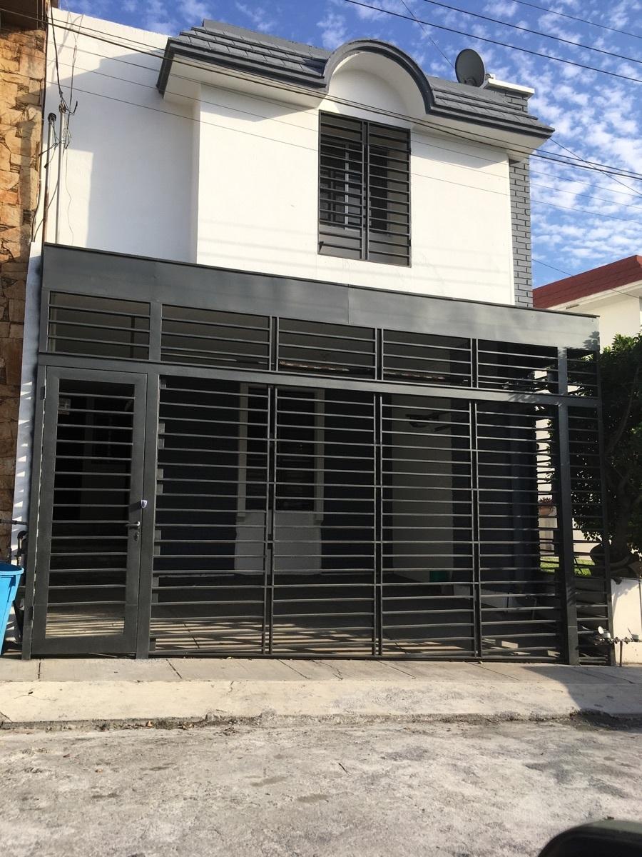 1 de 6: Fachada principal con portón eléctrico.