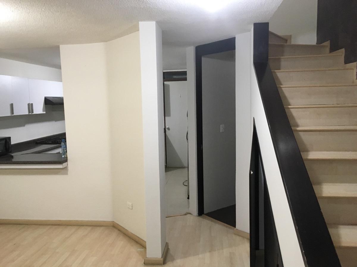 2 de 6: Sala, cocina al fondo y escalera al segundo piso