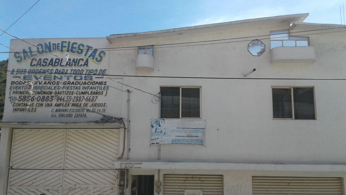 2 de 19: fachada con 2 locales comerciales grandes con entrada de