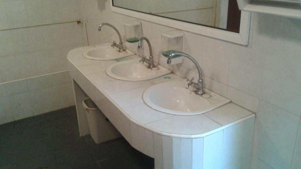 6 de 19: baños del salon funcionales