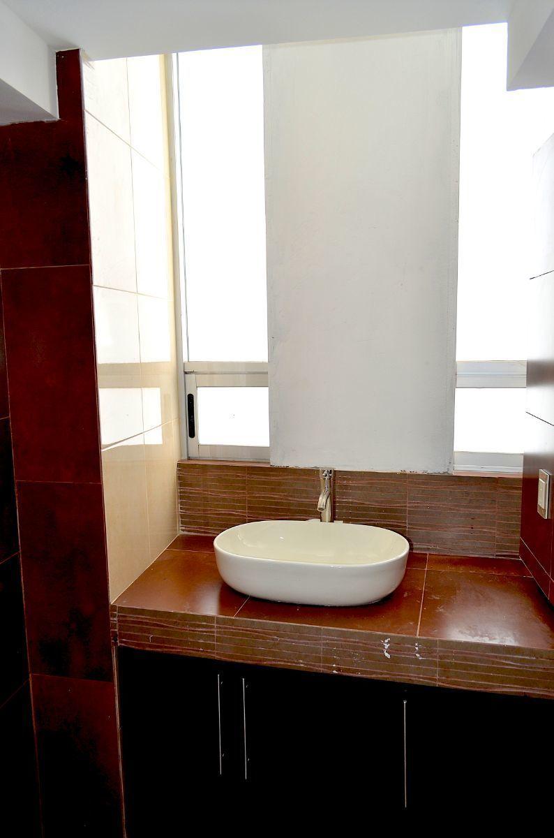 36 de 42: Medio baño para visitas.