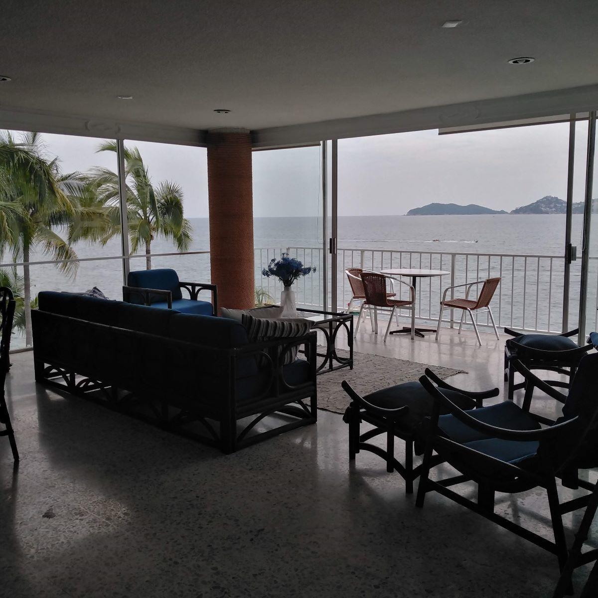 24 de 24: sala con ventanería panorámica con vista al mar