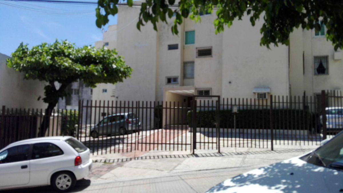 5 de 14: fachada y estacionamiento