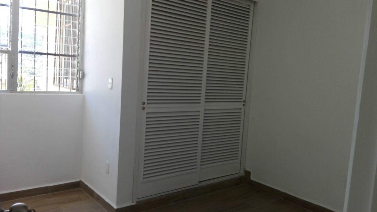 12 de 14: closet de madera, pisos nuevos