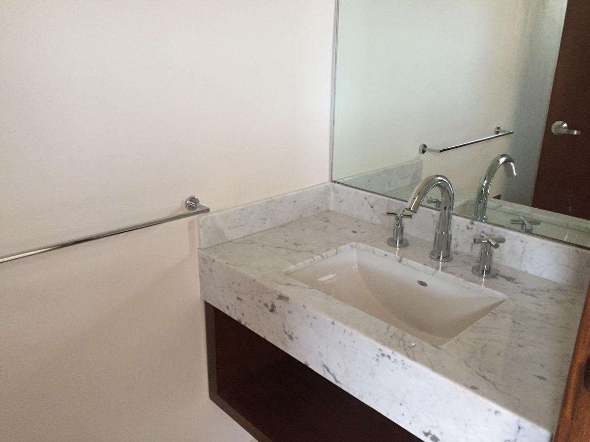 20 de 45: Baño con màrmol y muebles de madera