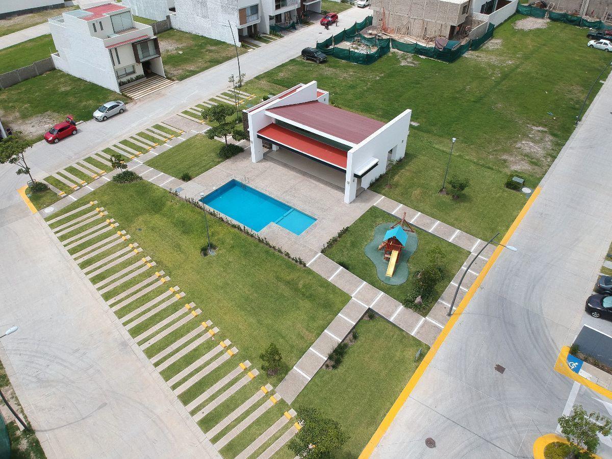 33 de 45: Area verde y casa club en coto junto a parque metropolitano