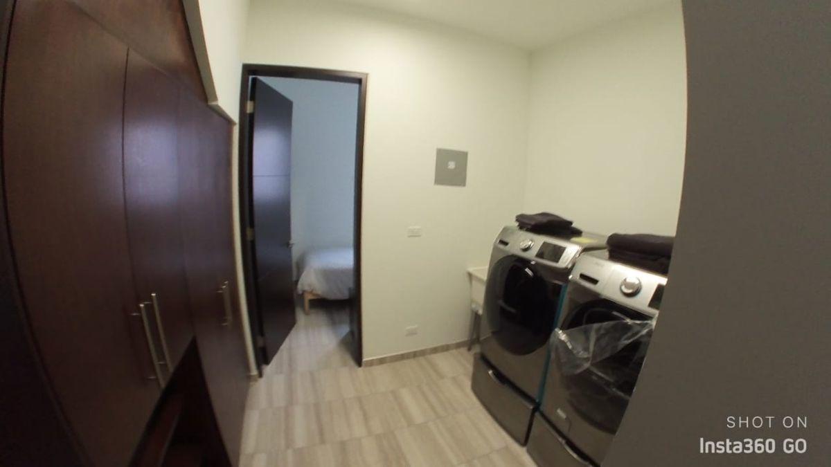 7 de 29: Cuarto de lavado en primer piso incluye lavadora y secadora
