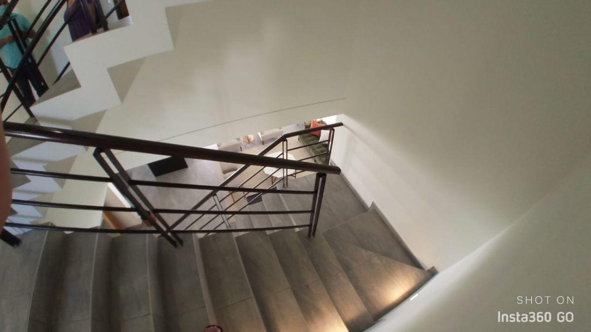14 de 29: Escalera de segundo piso, luces en escalones