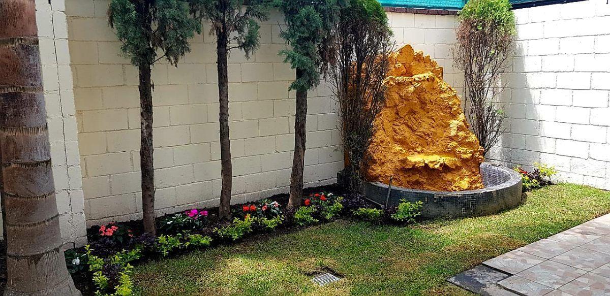3 de 24: jardín posterior con fuente