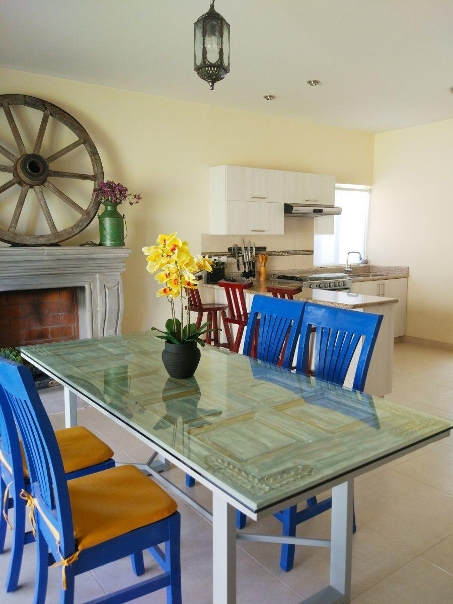 3 of 12: Comedor con acceso a cocina y chimenea