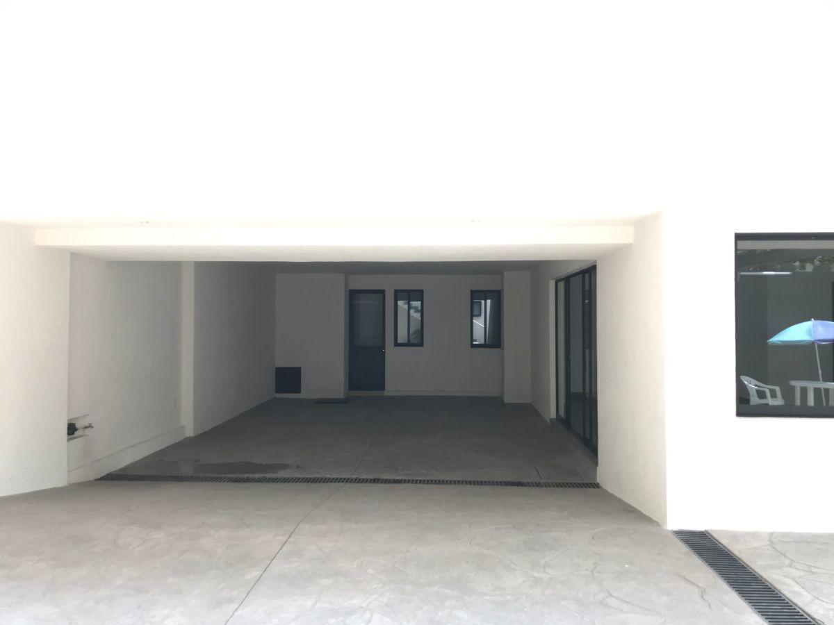 4 de 27: Espacio de estacionamiento de la casa
