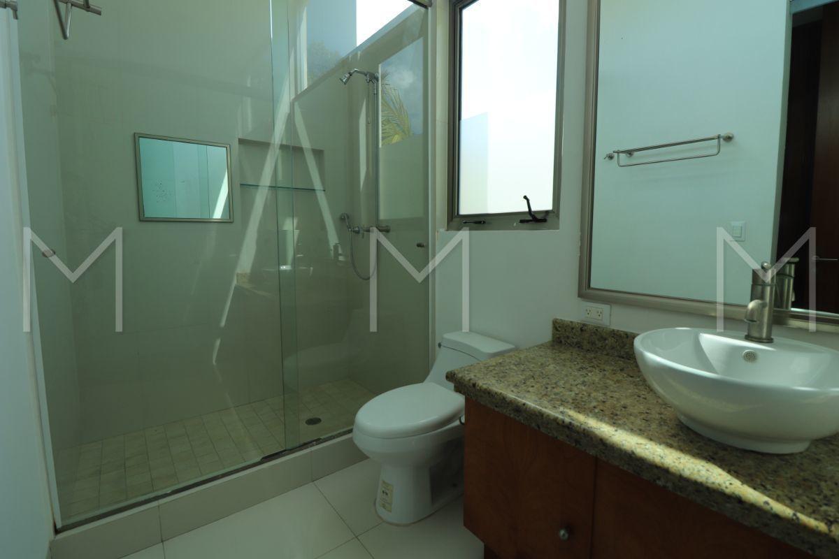 27 de 34: Baño y closet
