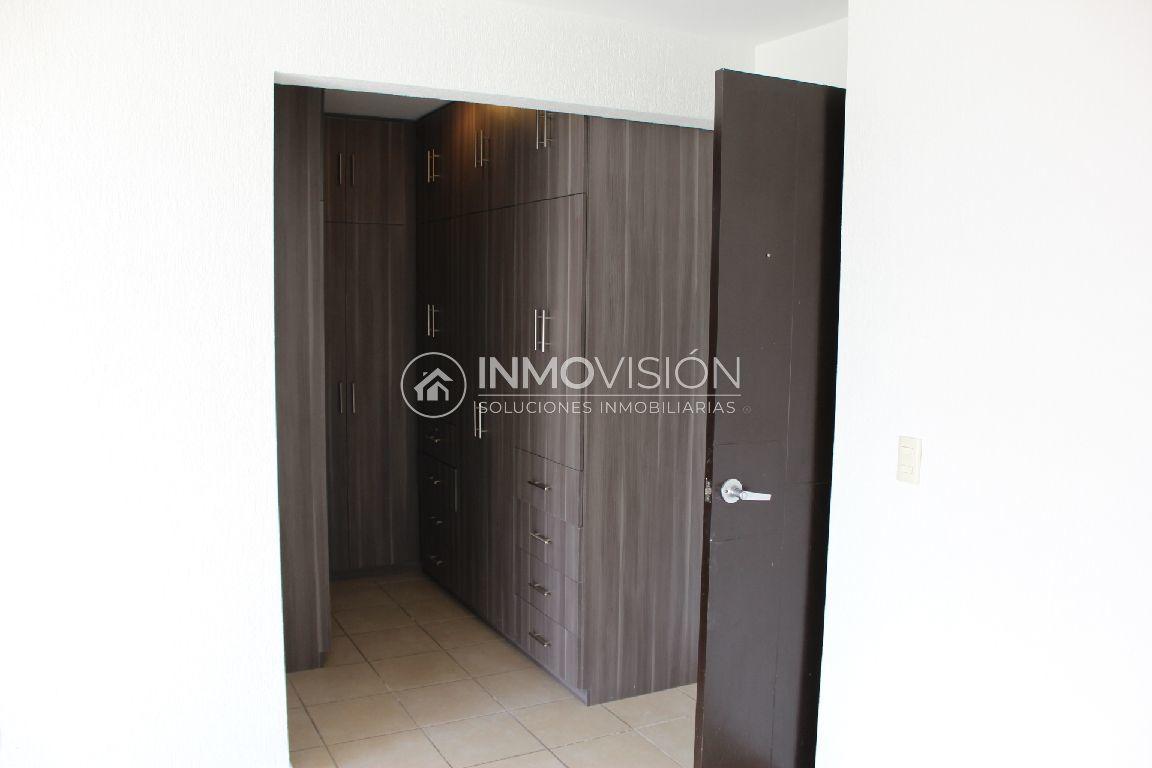 22 de 34: Recámara principal con funcional vestidor y baño completo