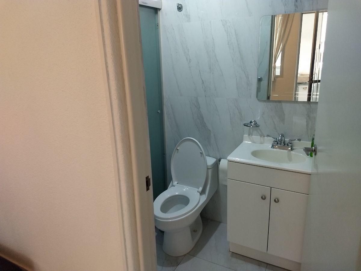 25 de 46: Baño completo del cuarto de servicio