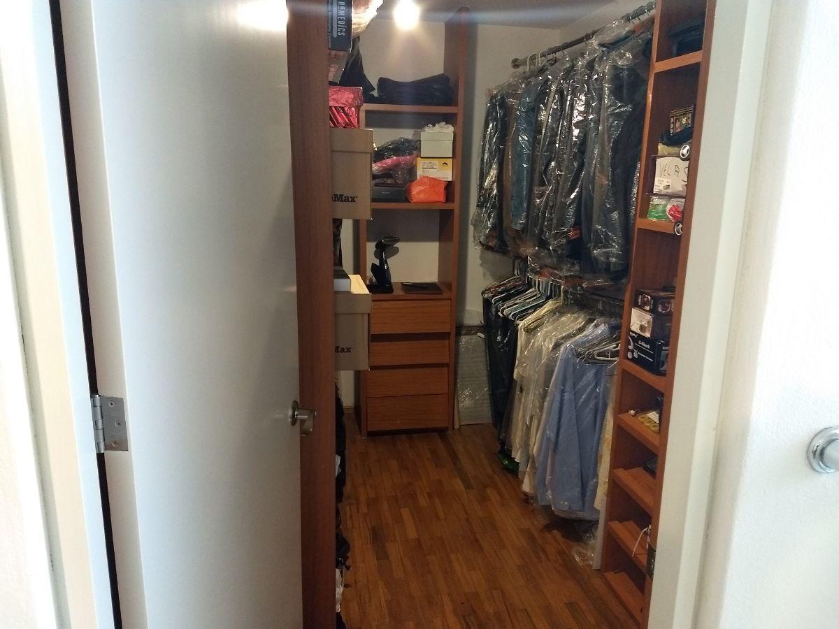 11 de 46: Walk-in closet de la recamara principal