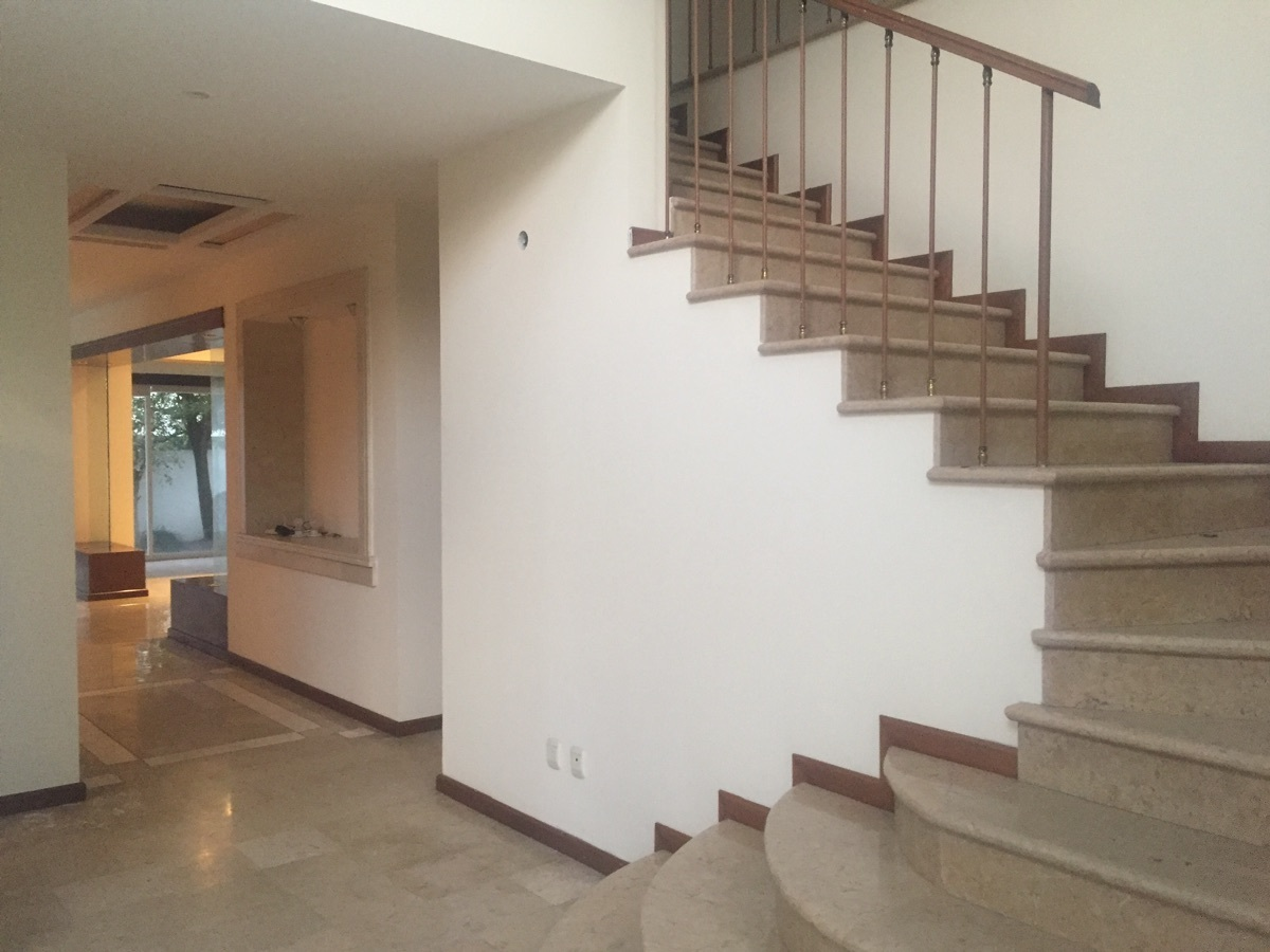 6 de 48: Escaleras y espacio a doble altura