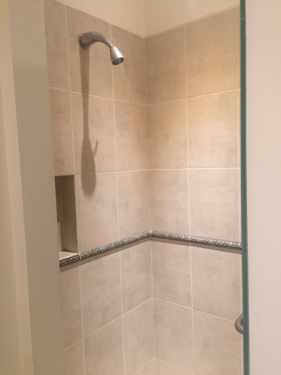 33 de 48: Baño y regadera con nicho para champu