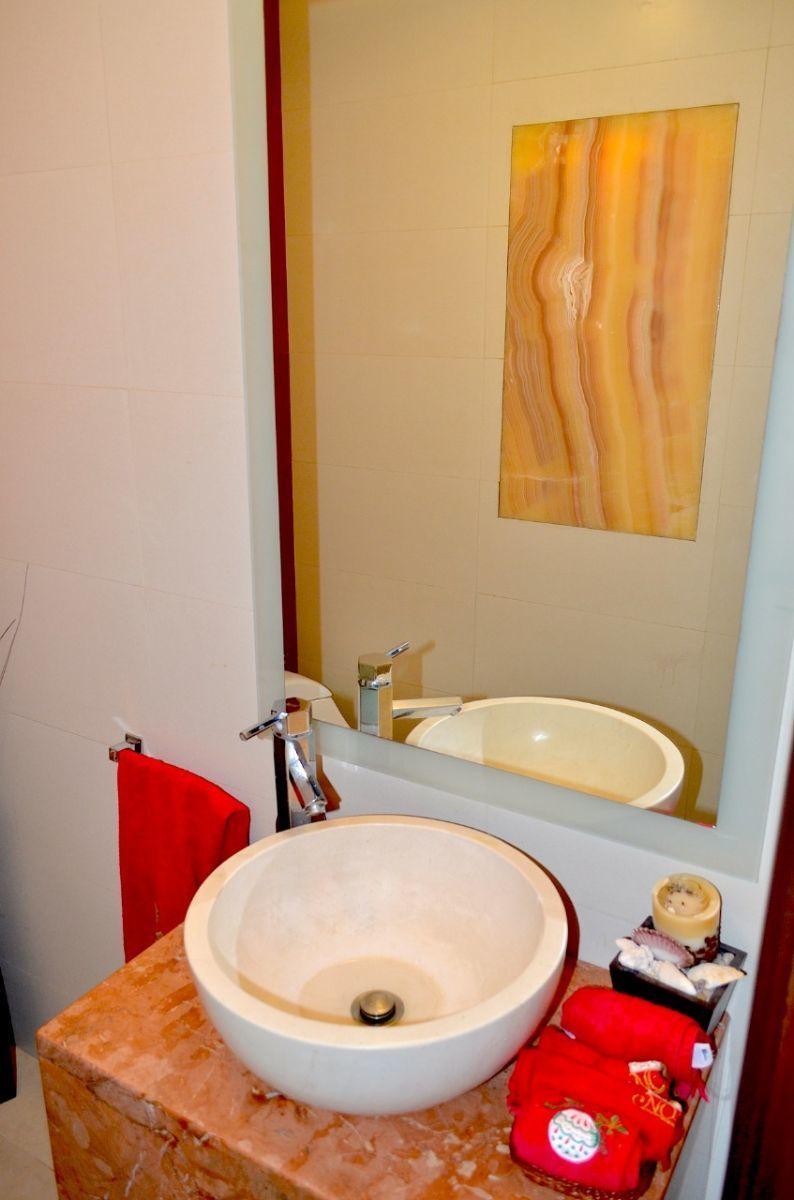 17 de 37: Medio baño para visitas.