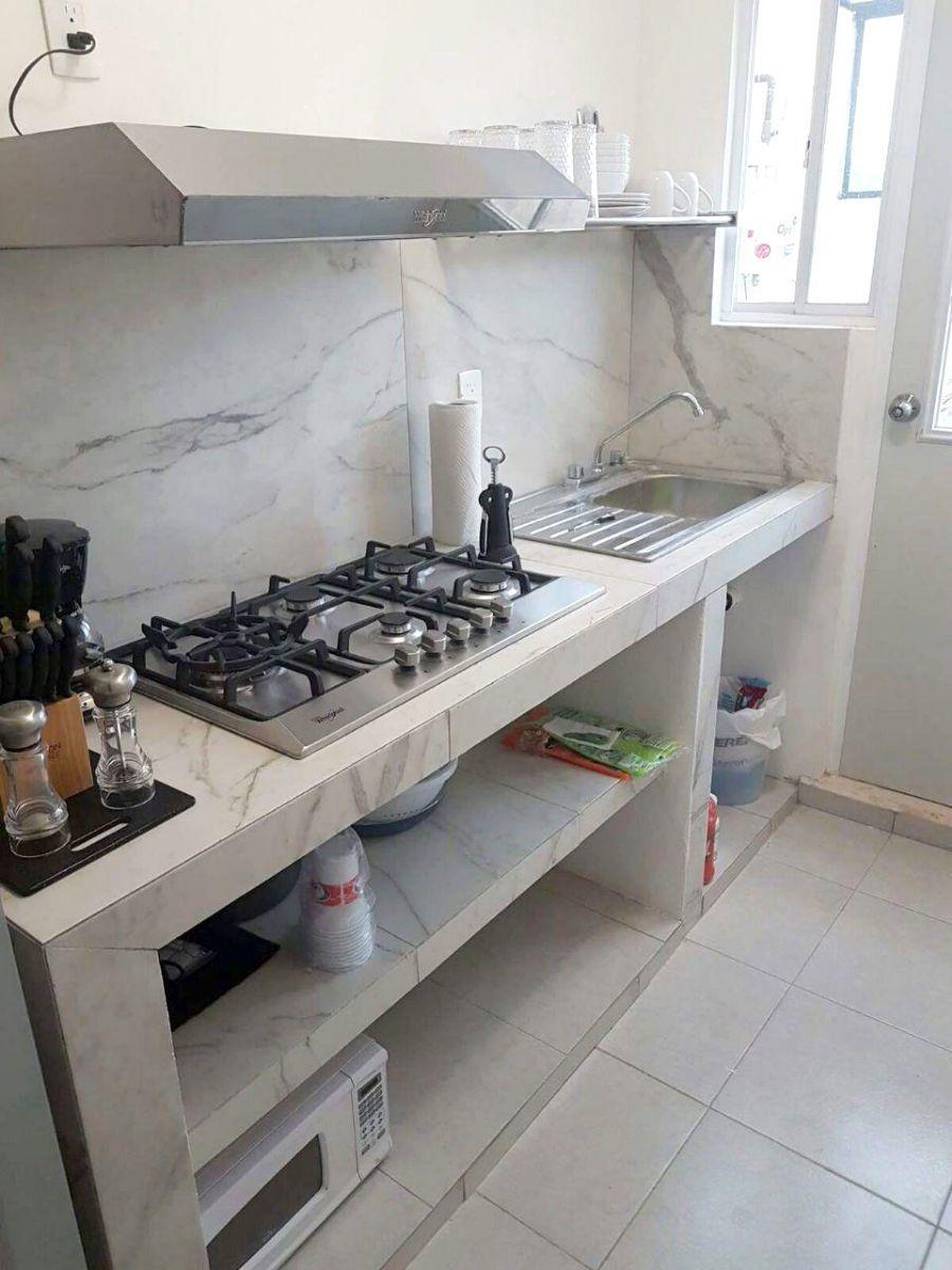 5 of 17: cocina con parilla, refrigerador, horno de microondas