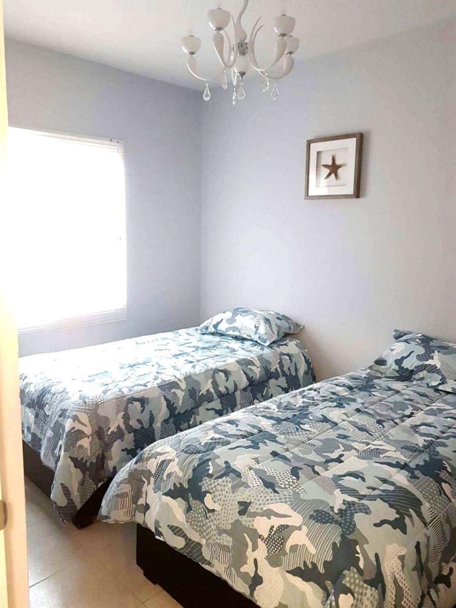 7 of 17: dos camas individuales
