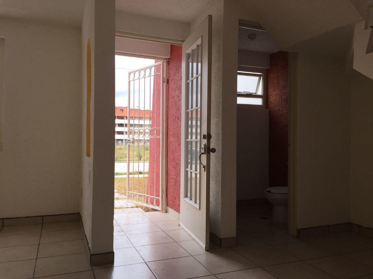 5 de 12: Puerta de entrada y medio baño planta baja