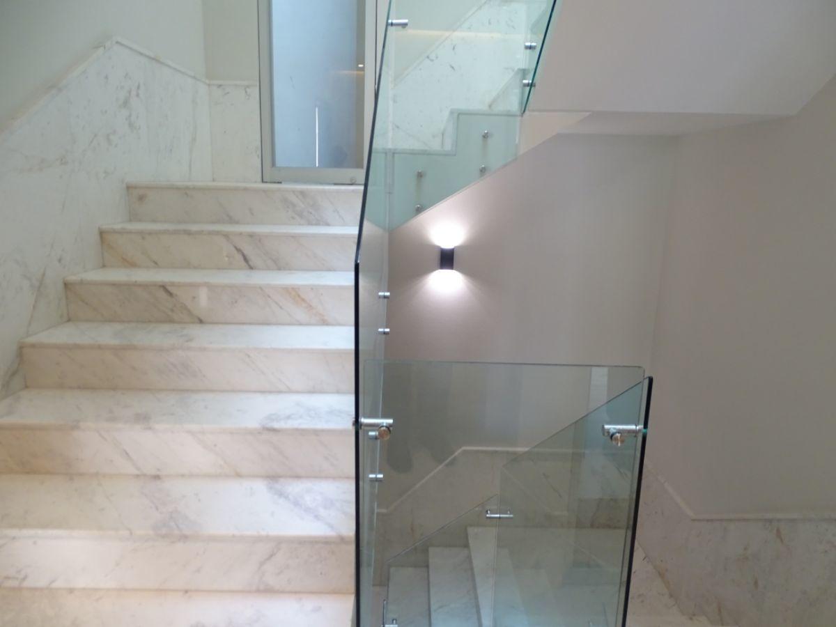 6 de 14: Escalera a pisos superiores