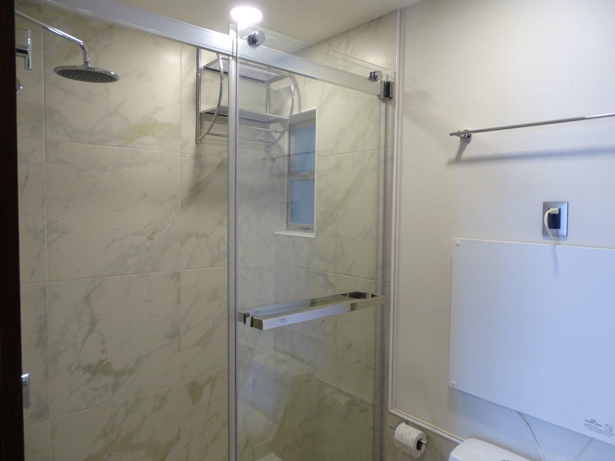 12 de 14: Baño con canceles de vidrio templado