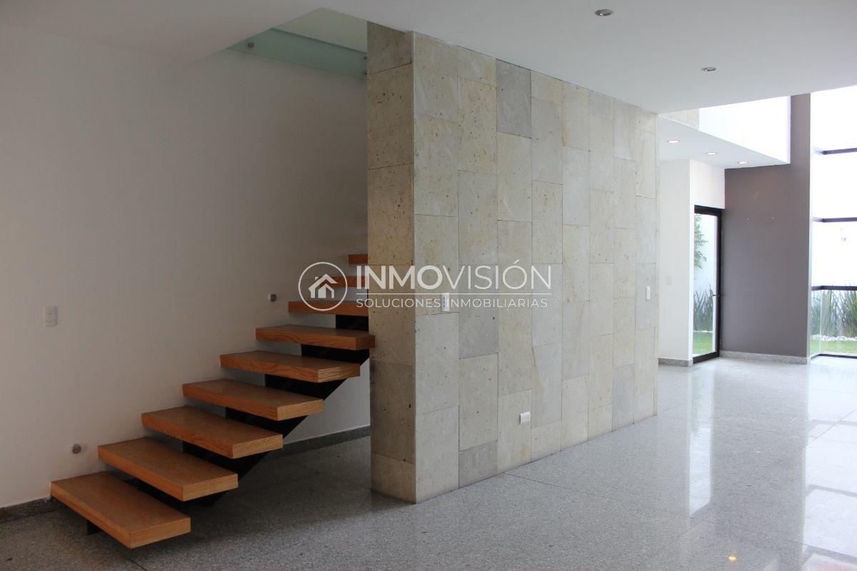 9 de 51: Sala con muro de piedra y escaleras voladas de duela