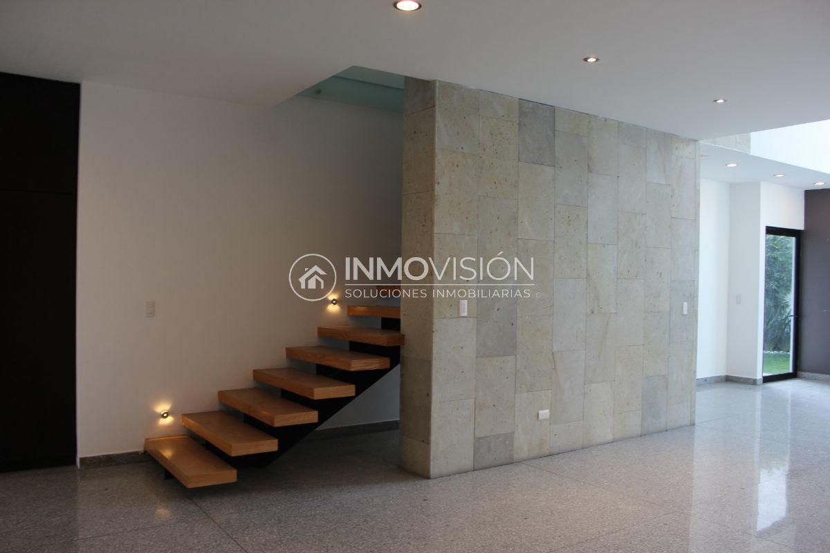 16 de 51: Sala con muro de piedra