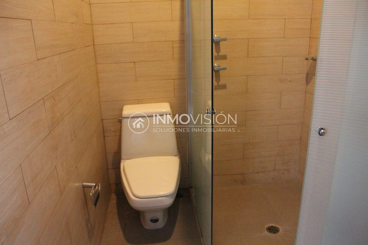 24 de 51: Interior baño recámara  con cancel de cristal templado