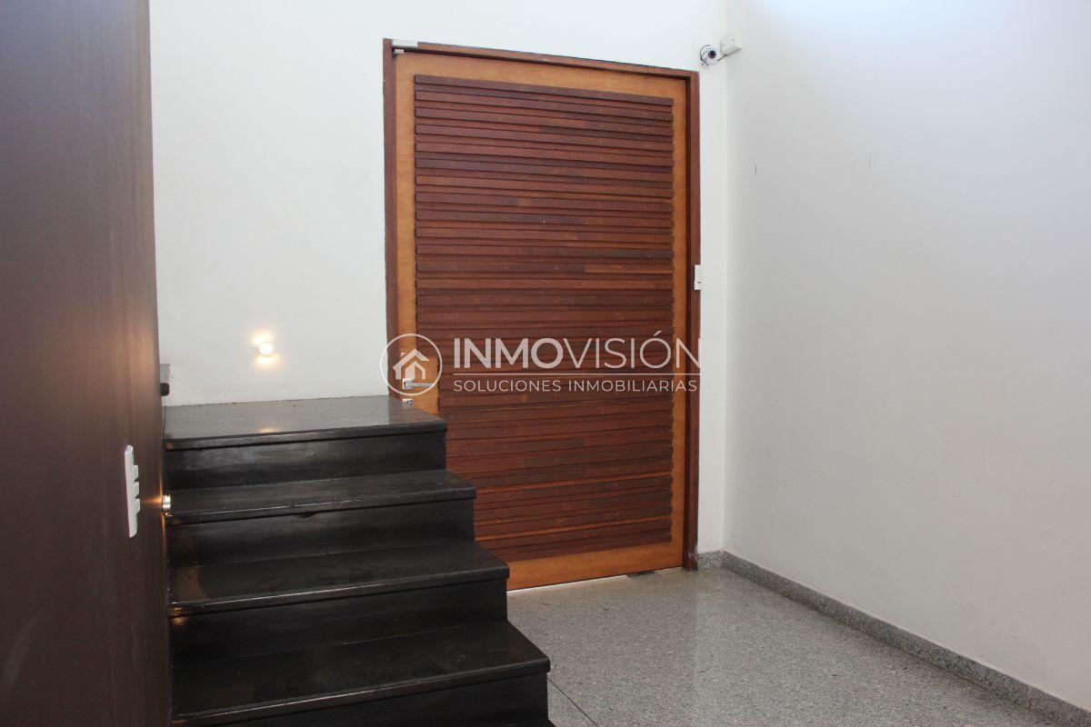 5 de 44: Entrada principal y escaleras de madera a segundo nivel
