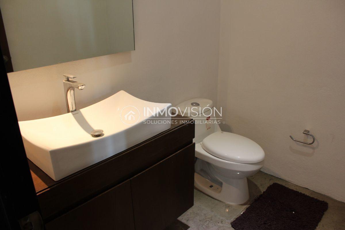 35 de 44: Medio baño en salón de usos multiples