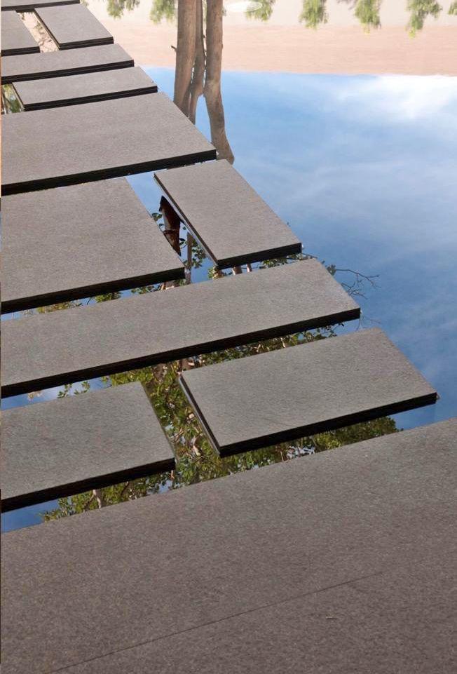 10 de 29: paso al jardín con espejo de agua