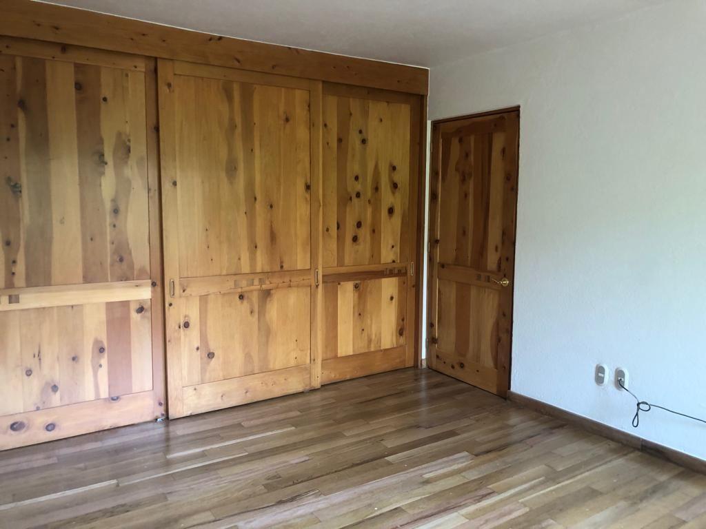 10 de 22: Closet de madera natural