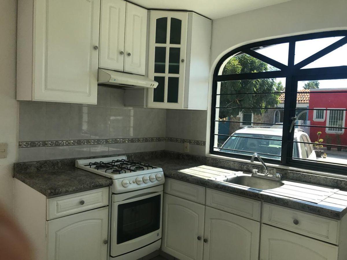 1 de 16: Cocina integral con estufa, horno, extractor, ventana