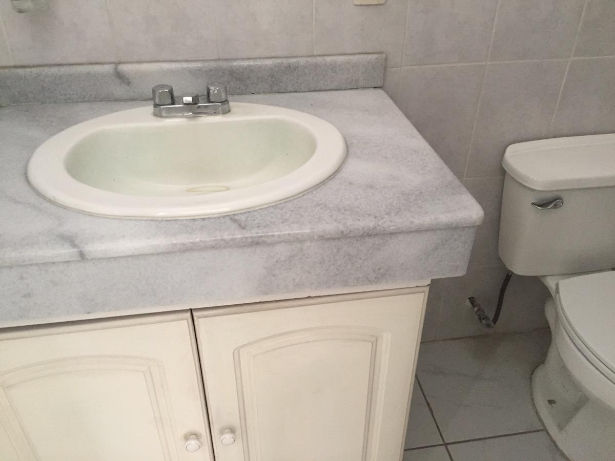 9 de 16: Baño con accesorios y gabinetes